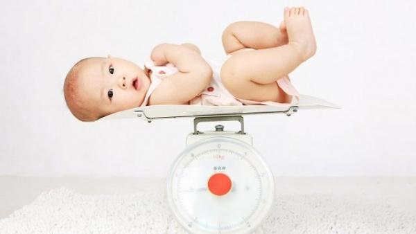 ما هو وزن الرضيع الذى يكتسبه كل شهر ؟